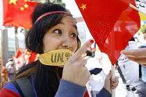 Demonstrující žena za svobodný Tibet v San Francisku.
