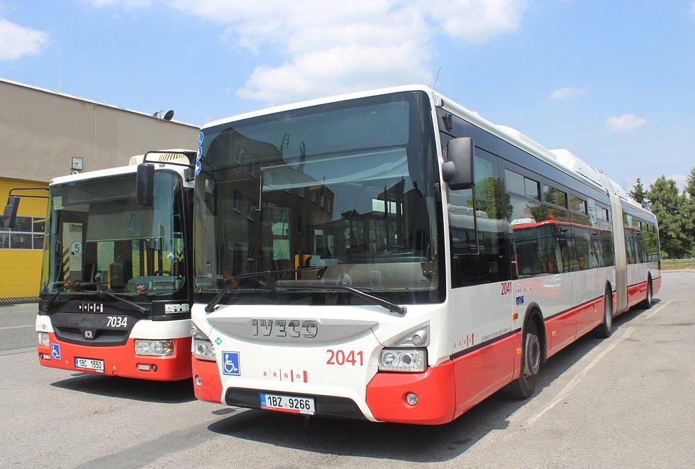 Více než polovinu vozového parku autobusů brněnského dopravního podniku tvoří vozidla jezdící na zemní plyn.