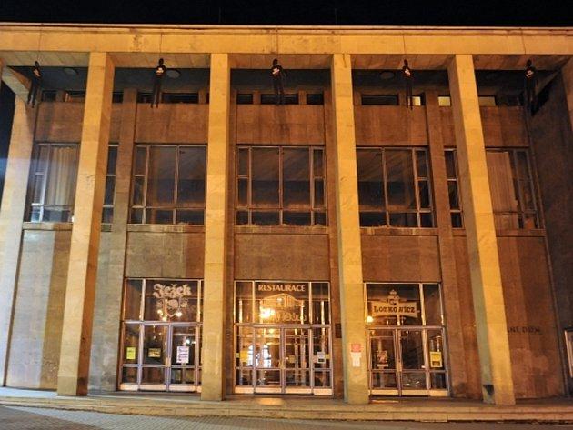 Pět figurín oběšenců s červenou oprátkou kolem krku a nápisem Šel proti KSČ(M) na hrudi se objevilo nad vchodem do Domu kultury odborů v Jihlavě.