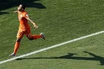 Memphis Depay z Nizozemska se raduje z gólu proti Chile.