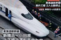 Japonský rychlovlak nouzově zastavil u města Odawara poté, co se z vagónu linul bílý dým.