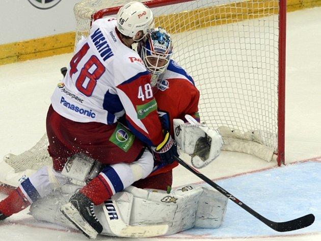 Další provokace. Igor Musatov z Jaroslavle (vlevo) nepochopitelně atakuje brankáře Lva Petri Vehanena.