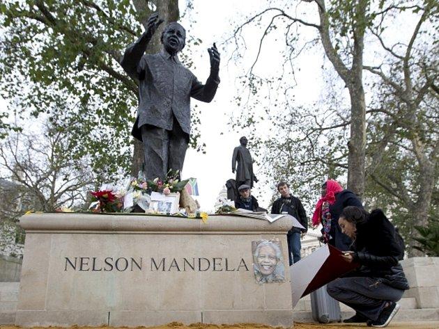 Pietní místo u sochy zesnulého jihoafrického exprezidenta Nelsona Mandely.