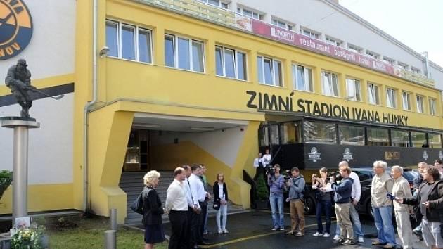 V Litvínově před Zimním stadionem Ivana Hlinky a o dvě hodiny později u Hlinkova rodného domu v Louce u Litvínova se 16. srpna konaly pietní vzpomínky na legendárního hokejistu. Obě akce tak připomněly desáté výročí jeho tragického úmrtí.