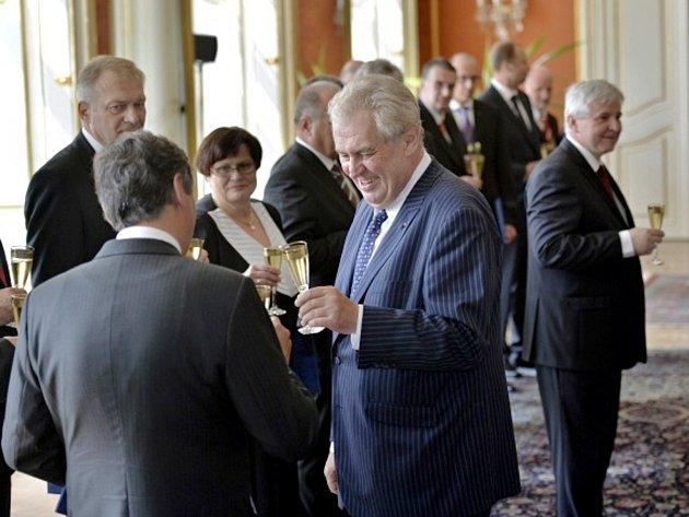 Prezident republiky Miloš Zeman (uprostřed) jmenoval 10. července v Praze ministry nové úřednické vlády Jiřího Rusnoka (vpravo). Na snímku slavnostní přípitek.