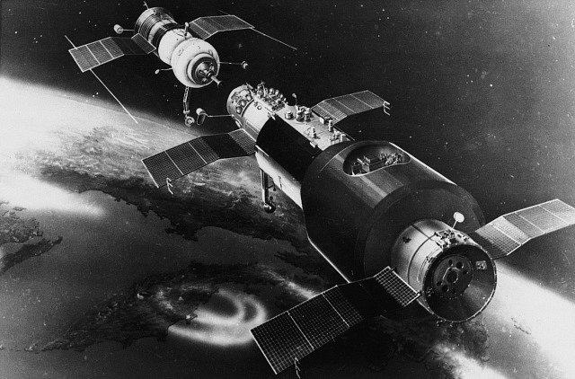 Sojuz 11 se připojuje ke stanici Saljut 1.