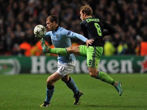 Christian Eriksen z Ajaxu (vpravo) atakuje Edina Džeka z Manchesteru City.