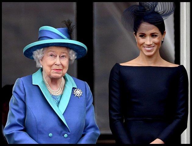 Královna Alžběta II. a vévodkyně ze Sussexu přihlížejí letecké přehlídce upříležitosti 100.výročí vzniku RAF.