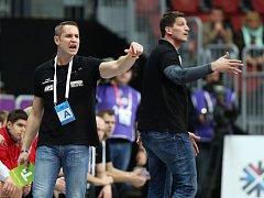 Trenéři Jan Filip a Daniel Kubeš (vpravo) v prvním zápase MS