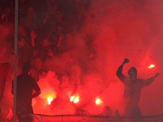 Zase se předvedli. Fanoušci Sparty v zápase proti Teplicím naházeli na hřiště pyrotechniku. Zápas musel být přerušen.