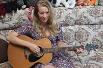 Herečka si ráda zabrnká na kytaru. A písničky skládá její partner. Třeba na objednávku dcerky o krtečkovi.