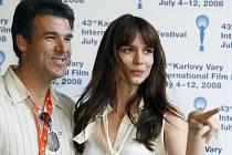 Americká herečka Saffron Burrows a producent Michael Roban pózovali 11. července fotografům před karlovarským hotelem Thermal.
