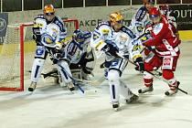 Hokejisté Lasselsbergeru Plzeň (v modrobílých desech) porazili na domácím ledě Slavii Praha 4:3.