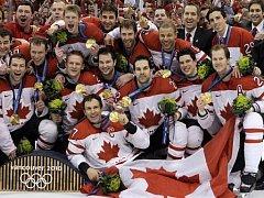 Hokejisté Kanada pózují se svými zlatými olympijskými medailemi.