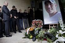 Zlínské náměstí Míru zaplnili lidé, kteří přišli uctít památku tragicky zesnulého hokejisty Karla Rachůnka.