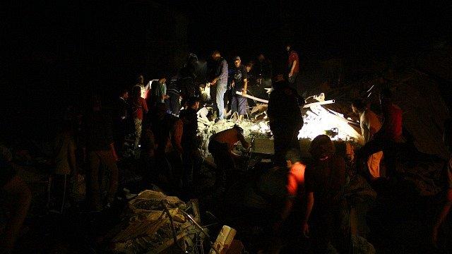 Útok na vesnici Zardana v provincii Idlib. Fotografii pořídili humanitární Bílé přilby