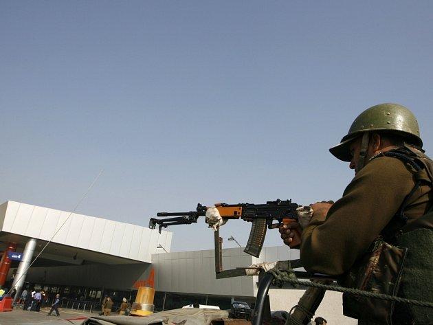 Indický voják u mezinárodního letiště v Dillí.