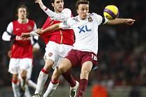 Cesc Fabregas z Arsenalu (vlevo) v souboji s Markem Noblem z West Hamu. V pozadí přihlíží Tomáš Rosický.