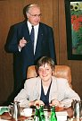 Angela Merkelová a Helmut Kohl v roce 1991. Právě Kohl si již záhy všiml mladé političky a výrazně přispěl k jejímu vzestupu do nejvyšších pater politiky.