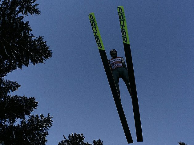 Tomas Morgenstern z Rakouska při tréninkovém skoku na můstku v Engelbergu.