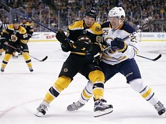Jake McCabe (Buffalo Sabres') a David Pastrnak (Boston Bruins')