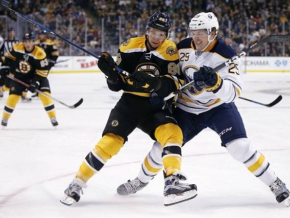 Jake McCabe (Buffalo Sabres') a David Pastrnak (Boston Bruins')