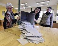 Vysypávání volební urny během voleb do poslanecké sněmovny