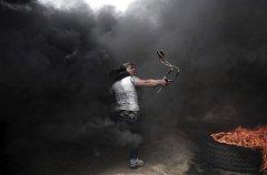 K útokům slouží i praky a Molotovovy koktejly