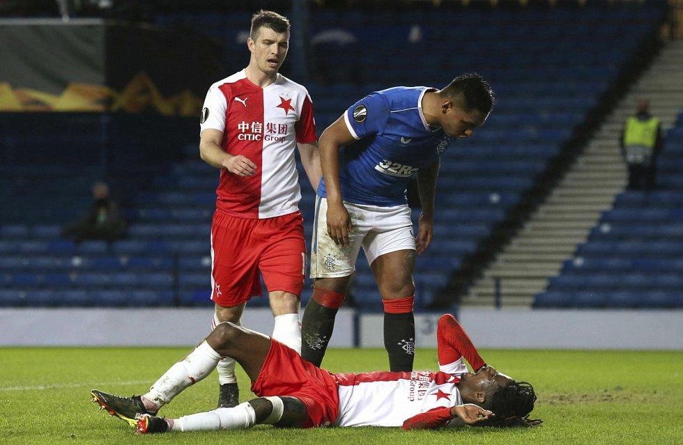 Odveta osmifinále Evropské ligy: Alfredo Morelos (v modrém dresu) křičí, zatímco Peter Olayinka leží na trávníku v bolestech