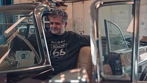 Renovuje vzácné ameriky. Darek Haumer v jihomoravské dílně dává dohromady třeba vzácný model Lincoln Continental II 1956, v němž jezdili Frank Sinatra či Elvis Presley.