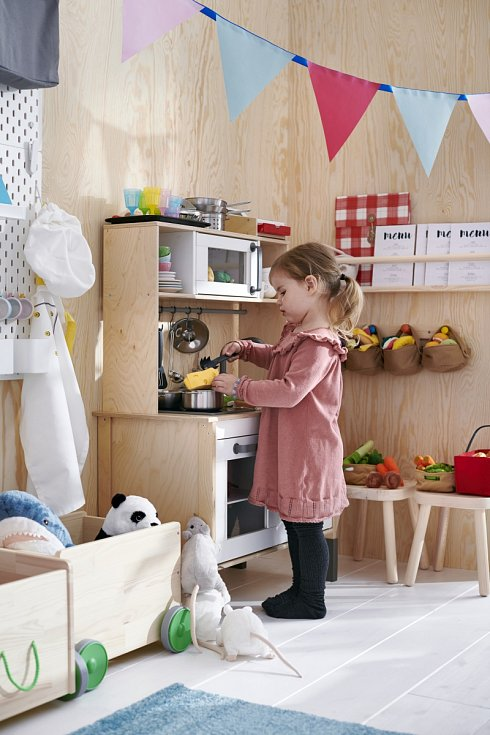 Holčičky si rády hrají na vaření. Místo oběda uspořádejte na dece v obýváku piknik a pozvěte všechny panenky a plyšáky.