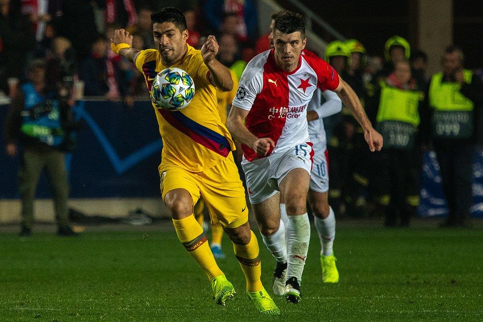 Fotbalový zápas skupiny F (liga mistrů), SK Slavia Praha - FC Barcelona, 23. října 2019 v Praze. Na snímku zleva Louis Suaréz, Ondřej Kúdela.