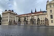 Hradčanské náměstí, kde se to obvykle hemží turisty, se nyní dá vyfotit i zcela liduprázdné. Stejně tak bez front a tlačenic můžete do Katedrály svatého Víta, Zlaté uličky či na Zámecké schody.