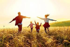 Kouzlu svobodné hry děti mnohem snáze propadají venku, ideálně v přírodě nebo alespoň v městské zeleni.