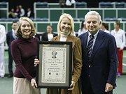 Jana Novotná (uprostřed) dostala jako první Češka Cenu za vynikající výkony ve Fed Cupu.