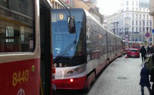 Kolona stojících tramvají ve Vodičkově ulici