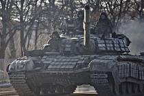 Ukrajinská armáda a proruští separatisté v noci na dnešek podepsali dohodu o odsunu těžkých zbraní z frontové linie, stahování začne ještě dnes. Ilustrační foto.