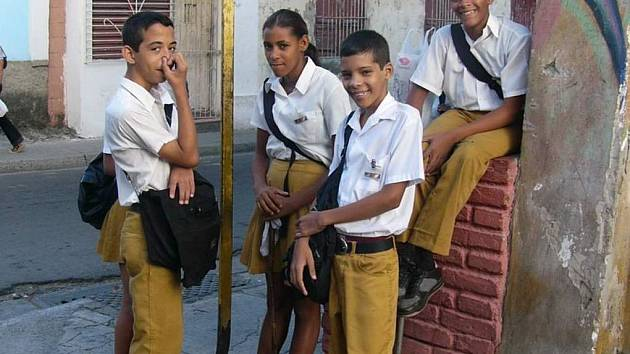 Kubánští školáci v uniformách.