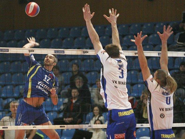 Volejbalisté Zlína (v modrém) v extraligovém zápase s Benátkami.