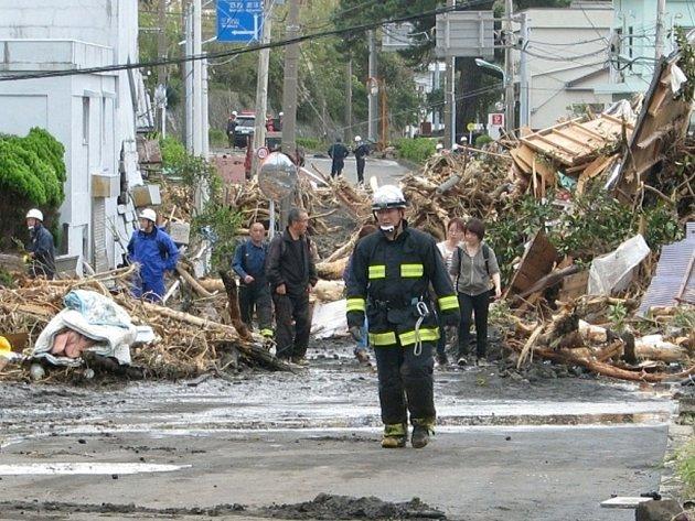Zpustošený ostrůvek Ošima nedaleko Tokia po řádění tajfunu Wipha.
