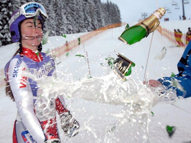 Šárka Záhrobská se při silvestrovském křtu krkonošské sjezdovky ve Vítkovicích poranila střepem z láhve šampaňského, kterou sama rozbíjela.