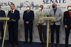 Miloš Vystrčil s dalšími senátory