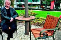 Poslední lavičku Václava Havla odhalil Bořek Šípek v Plzni (na snímku), Oxford bude už devátým městem.