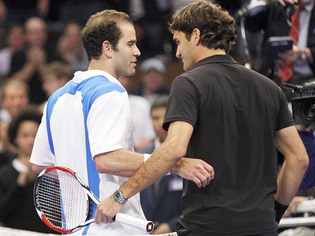 Roger Federer (vpravo) a Pete Sampras po exhibičním zápase v New Yorku.