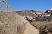 Dvojitá zeď poblíž města Tijuana