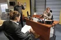 Režisér Milan Šteindler natáčí českou verzi britského seriálu The Office s titulem Kancl.