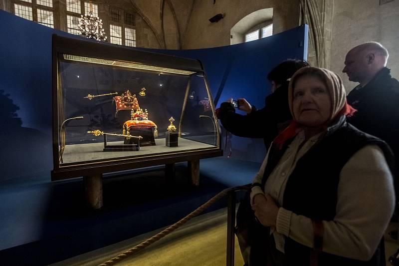 Výstava českých korunovačních klenotů byla otevřena 15. května na Pražském hradě.