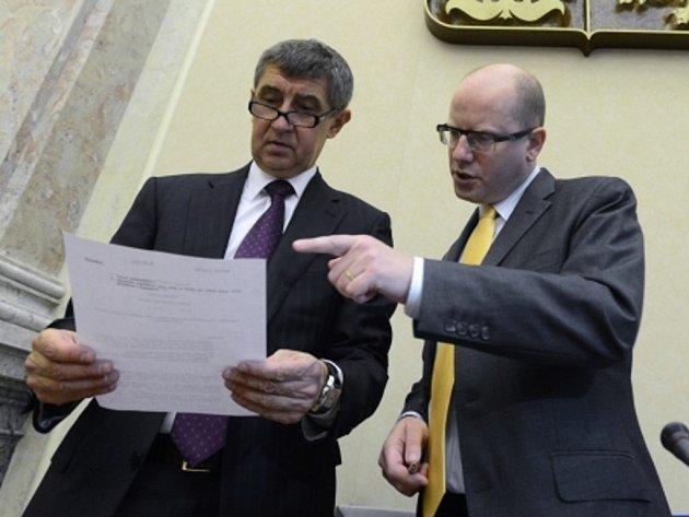 Předseda vlády Bohuslav Sobotka (vpravo) a ministr financí Andrej Babiš.