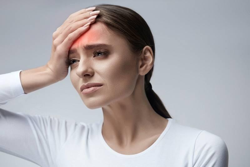 Pulzující bolest, obvykle lokalizovaná v jedné části hlavy, může trvat hodiny nebo dokonce i dny a často ji provází nevolnost, zvracení nebo extrémní citlivost na světlo nebo zvuk.