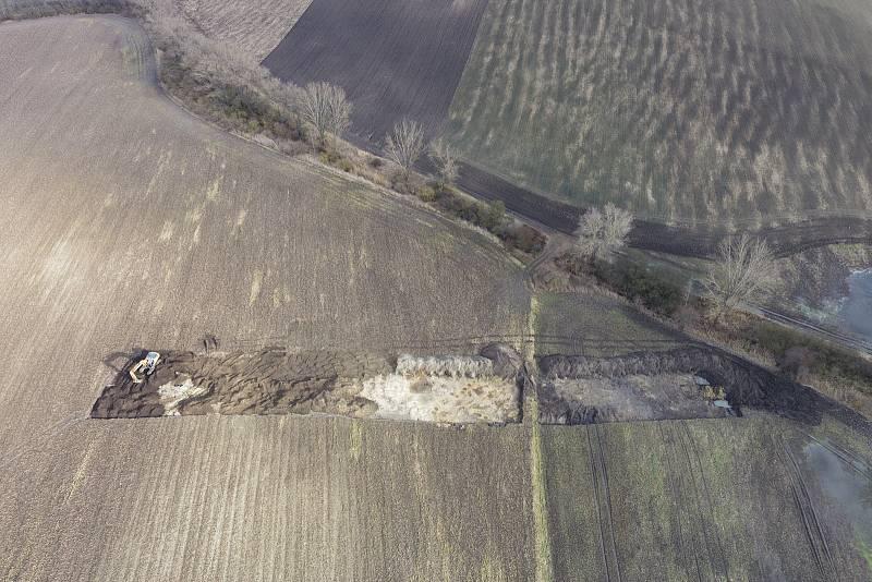 Část zaniklé středověké vesnice odkryté během skrývek.